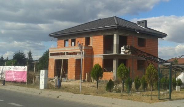 Bydynek usługowy ma już dach